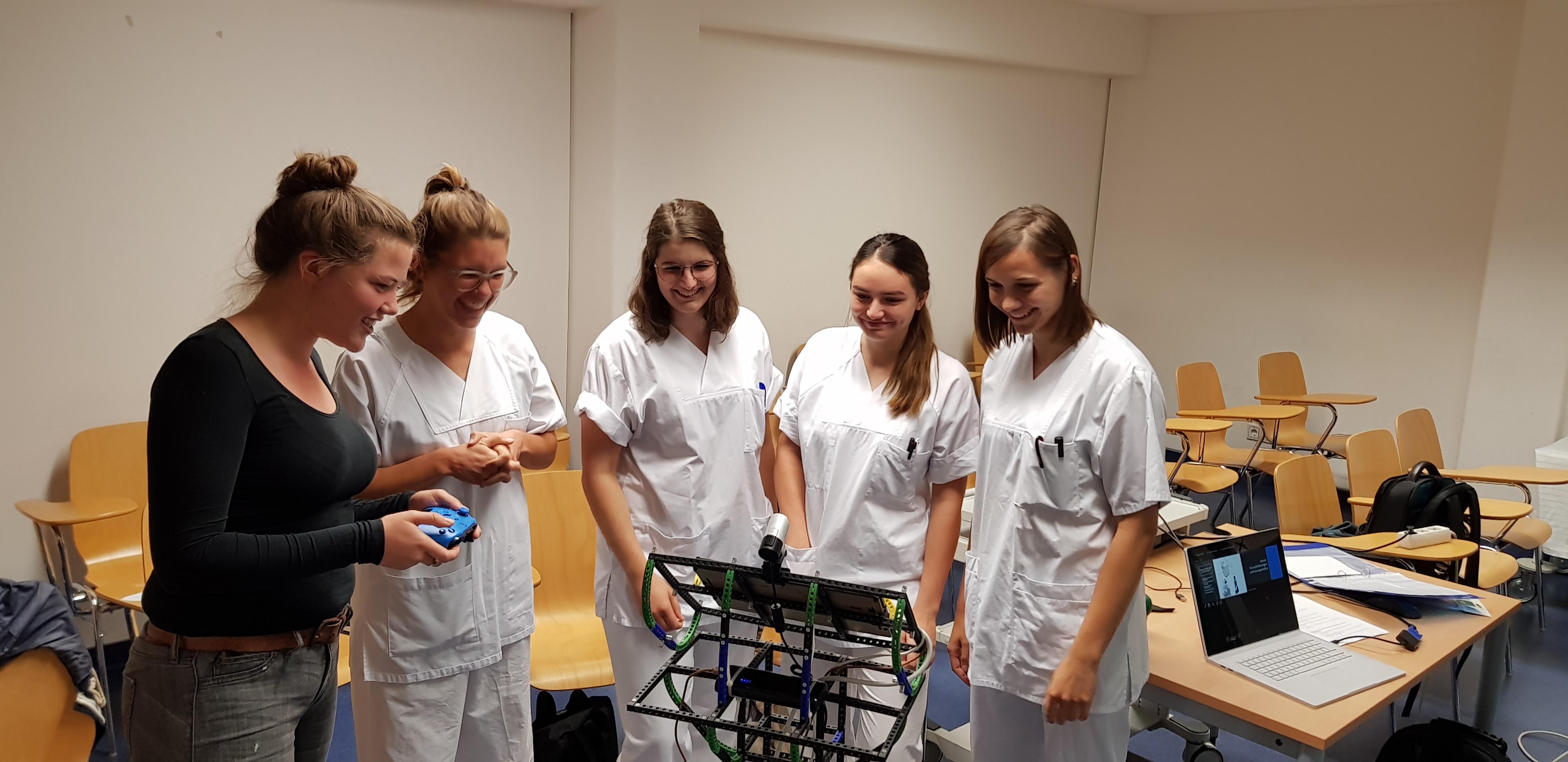 Studierende der evidenzbasierten Pflege und Wirtschaftsinformatik diskutieren intelligenten Versorgungswagen