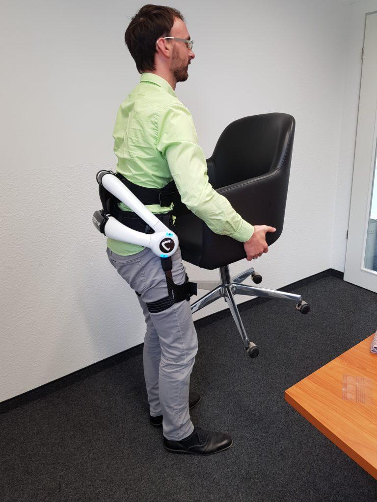 FORMAT Mitarbeiter probieren Exoskelett